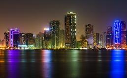 Paisaje urbano de la costa de Sharja en los UAE en la noche imagenes de archivo