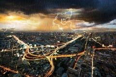 Paisaje urbano de la escena de la noche con lluvia fotos de archivo libres de regalías