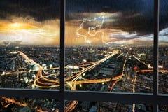Paisaje urbano de la escena de la noche con lluvia foto de archivo