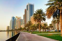 Paisaje urbano de la mañana con el sol en Sharja EMIRATOS ÁRABES UNIDOS fotos de archivo