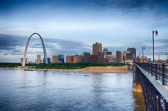 Paisaje urbano de la madrugada de St. Louis s Imagenes de archivo