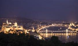 Paisaje urbano de la noche de la ciudad europea vieja Budapest, Hungría fotos de archivo