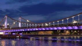 Paisaje urbano de la noche con el puente iluminado en el terraplén moderno almacen de video