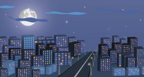 Paisaje urbano de la noche contra la perspectiva del cielo nocturno y de la luna grande Una calle larga de la ciudad con las luce Fotografía de archivo