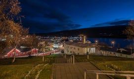 Paisaje urbano de la noche de la ciudad de Egilsstadir, al este de Islandia con lensfla Fotos de archivo libres de regalías