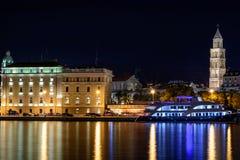 Paisaje urbano de la noche de la ciudad de la fractura, Croacia Foto de archivo