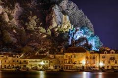 Paisaje urbano de la noche de la ciudad de Omis, Croacia Imagenes de archivo