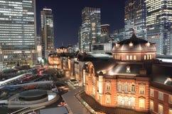 Paisaje urbano de la noche de la estación de Tokio Imagenes de archivo