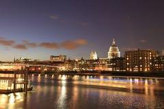 Paisaje urbano de la noche de Londres y río de Thames Fotos de archivo