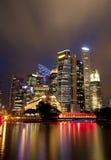 Paisaje urbano de la noche de Singapur Imagenes de archivo