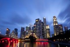 Paisaje urbano de la noche de Singapur Imagen de archivo libre de regalías