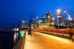 Paisaje urbano de la noche de Singapur en la hora azul Imagen de archivo libre de regalías