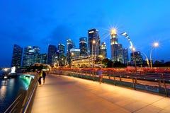 Paisaje urbano de la noche de Singapur en la hora azul Imagenes de archivo