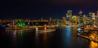 Paisaje urbano de la noche de Sydney Harbour fotografía de archivo libre de regalías