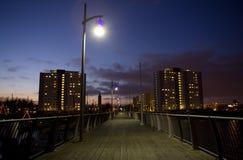 Paisaje urbano de la noche del embarcadero y del puerto Fotos de archivo