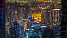 Paisaje urbano de la noche del lapso de tiempo del puerto deportivo de Dubai Cacerola para arriba almacen de metraje de vídeo