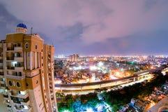 Paisaje urbano de la noche del noida con el rascacielos, las nubes de la monzón y el MOO Foto de archivo