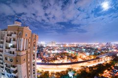 Paisaje urbano de la noche del noida con el rascacielos, las nubes de la monzón y el MOO Imágenes de archivo libres de regalías