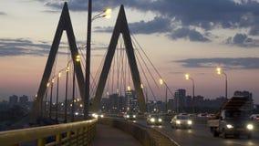 Paisaje urbano de la noche del puente a través del río en Kazán uno de los lugares para caminar y el turismo metrajes