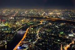 Paisaje urbano de la noche del río de Arakawa fotografía de archivo