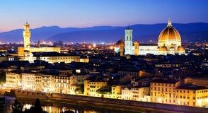 Paisaje urbano de la noche Florencia con las señales famosas Fotografía de archivo