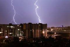 Paisaje urbano de la noche de la tormenta Imagenes de archivo