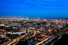 Paisaje urbano de la noche de la visión aérea de Londres foto de archivo
