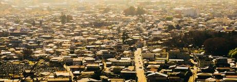 Paisaje urbano de la opinión de alto ángulo del coche en la carretera nacional en pequeña ciudad Imagen de archivo libre de regalías