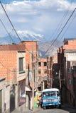 Paisaje urbano de La Paz con los Andes y el autobús en una calle estrecha Imagen de archivo libre de regalías