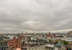 Paisaje urbano de la primavera con los tejados de casas, bañando iglesias y el cielo nublado, visión desde arriba Centro de Moscú fotografía de archivo
