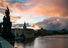 Paisaje urbano de la puesta del sol en Charles Bridge imágenes de archivo libres de regalías