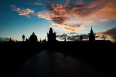 Paisaje urbano de la puesta del sol en Charles Bridge fotos de archivo libres de regalías