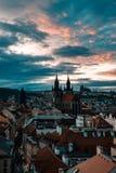 Paisaje urbano de la puesta del sol en Praga fotos de archivo