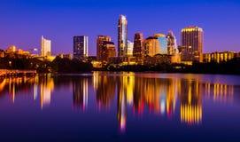 Paisaje urbano 2015 de la reflexión de espejo del puente peatonal de la orilla de Austin Texas Skyline Fotos de archivo