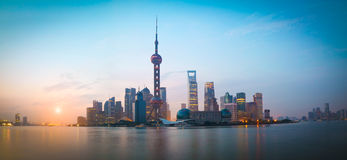 Paisaje urbano de la señal de la Federación de Shangai en el horizonte de la salida del sol Fotos de archivo