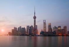 Paisaje urbano de la señal de la Federación de Shangai en el horizonte de la salida del sol Foto de archivo libre de regalías