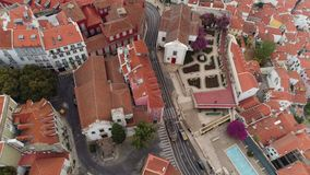 Paisaje urbano de la visión aérea de Lisboa en día nublado almacen de metraje de vídeo