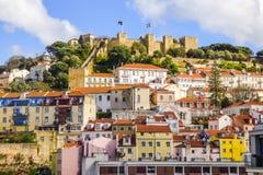 Paisaje urbano de Lisboa, con el castillo de St Jorge en el top Imagen de archivo libre de regalías