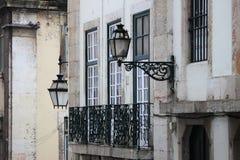 Paisaje urbano de Lisboa con las ventanas y las lámparas de calle Fotografía de archivo