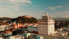 Paisaje urbano de Ljubljana, capital de Eslovenia en la puesta del sol almacen de video