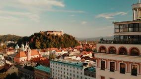 Paisaje urbano de Ljubljana, capital de Eslovenia en la puesta del sol almacen de metraje de vídeo
