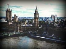 Paisaje urbano de Londres con las casas del parlamento, de Big Ben y de la abadía de Westminster Fotos de archivo