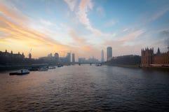 Paisaje urbano de Londres del puente de Westminster en la salida del sol Londres, Reino Unido Imágenes de archivo libres de regalías
