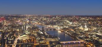 Paisaje urbano de Londres en la noche, Reino Unido Imágenes de archivo libres de regalías