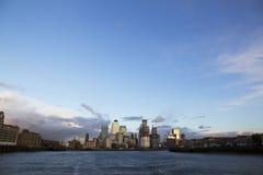 Paisaje urbano de Londres a través del río Támesis con vistas a Canary Wharf, Londres, Inglaterra, Reino Unido, el 20 de mayo de  imagen de archivo libre de regalías