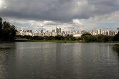 Paisaje urbano de los edificios de Sao Paulo visto del parque de Ibirapuera con el lago y los árboles Imagenes de archivo