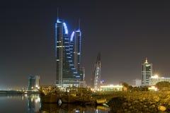 Paisaje urbano de Manama - escena de la noche Imagenes de archivo