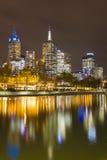 Paisaje urbano de Melbourne en la noche Imagenes de archivo