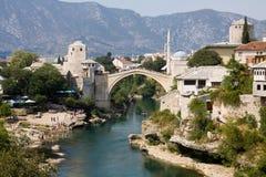Paisaje urbano de Mostar con el río de Neretva y el puente viejo Foto de archivo