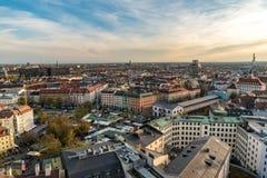 Paisaje urbano de Munich con objeto de las montañas fotos de archivo
